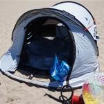海水浴でデカトロンのポップアップ式テントを使用、紫外線対策にも有効です