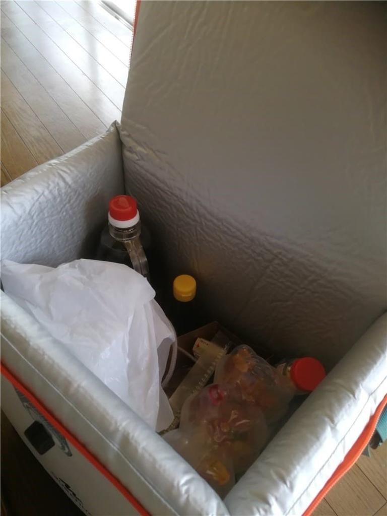 クーラーボックスに荷物を入れた状態