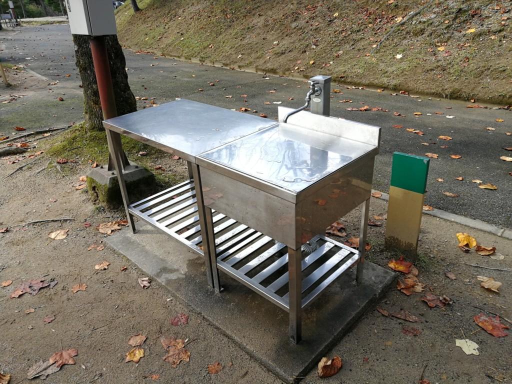 湯の原温泉オートキャンプ場の区画サイトの流し台
